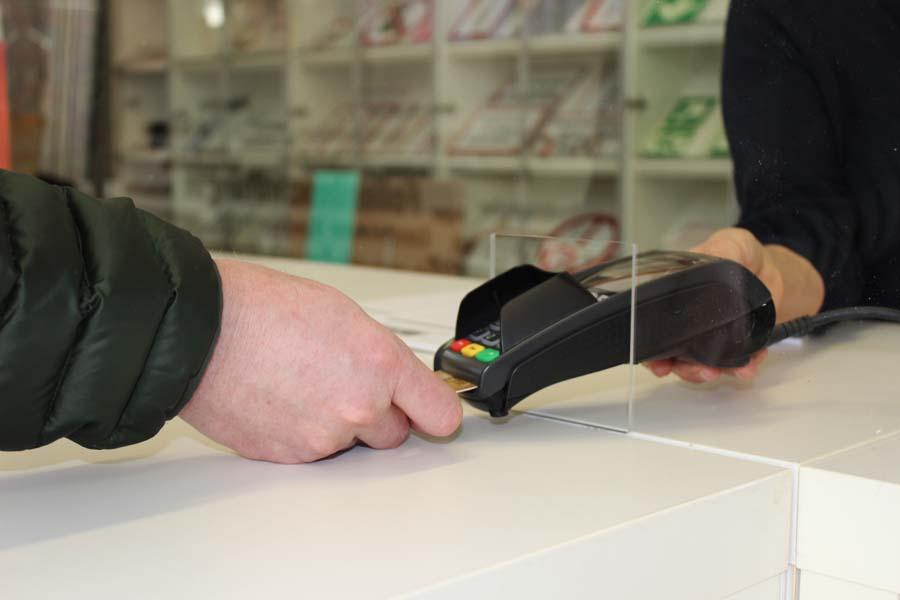 Ihr transparenter Spuckschutz an der Ladentheke: aus Acrylglas oder bruchsicherem PET